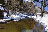 Pequeno canal rodeado com neve na aldeia de imperador ogimachi em shirakawago — Foto Stock
