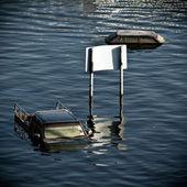 Kamyonet ve araba suda boğulmak — Stok fotoğraf