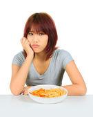 Donna asiatica giovane isolata un piatto di patatine — Foto Stock