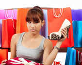 Isolated young Asian woman with shopping bags — Stockfoto