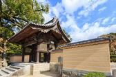 Um portão de madeira pequeno na frente de dazaifu tenmangu — Fotografia Stock