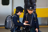 年轻的日本学生等待火车去上学 — 图库照片
