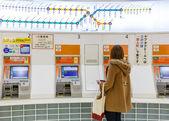 Kauf der Fahrkarte in fukuoka — Stockfoto