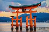 Große schwimmende tor (o-torii) auf der insel miyajima — Stockfoto