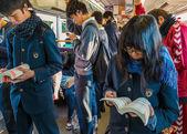 Japanische schüler in einem zug — Stockfoto