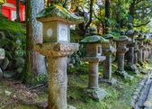 Lanternas de pedra no santuário de kasuga taisha em nara — Fotografia Stock