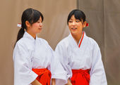 Miko - Japanese Priestess at Ikuta-jinja in Kobe — Stock Photo