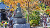Buddha statue with the Guardians at Hasedera Temple in Kamakura — Стоковое фото