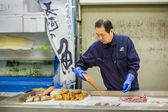 Workers at Tsukiji Fish Market in Tokyo — Stock Photo