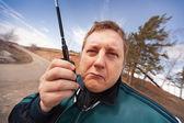 A pessoa com um aparelho de rádio portátil — Foto Stock