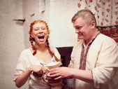 La chica con un hombre y una jarra de leche — Foto de Stock