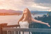 Free happy young woman enjoying nature. Beauty girl outdoor. — Stock Photo