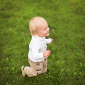 Malý chlapec běží — Stock fotografie