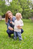 Giovane donna con suo figlio neonato — Foto Stock