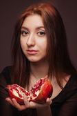 Retrato de joven con granada — Foto de Stock