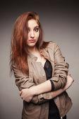 Menina com um casaco de couro representa o modelo — Fotografia Stock