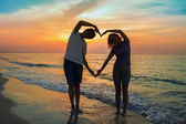 Silhouette of two people in love at sunset — Stock Photo