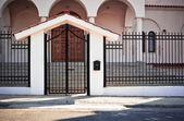 Poort toegang tot een gebied van de orthodoxe kerk in limassol, cyprus — Stockfoto