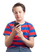 Garoto adolescente lendo seu telefone inteligente — Foto Stock