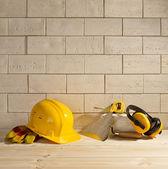 Colher de pedreiro, capacete e fundo de tijolo — Foto Stock