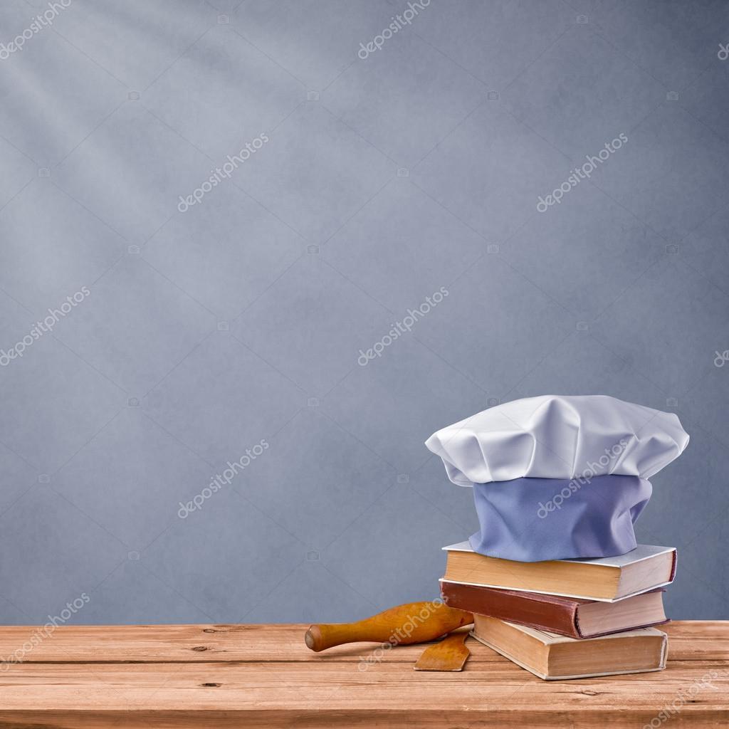 Gorro chef recetario y utensilios de cocina sobre un for Utensilios de cocina fondo