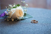 Beautiful wedding bouquet and rings — Stok fotoğraf
