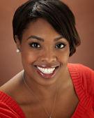Genç gülümseyen siyah kadının baş shot — Stok fotoğraf