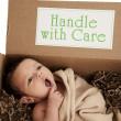 entrega pacote contendo recém-nascido — Foto Stock