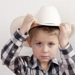 poważne chłopczyk z kowbojski kapelusz i plaid shirt — Zdjęcie stockowe