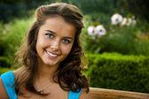 Headshot of smiling brunette with blue eyes — Stock Photo
