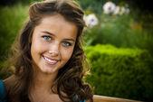 Porträtt av leende brunett med blå ögon — Stockfoto