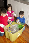 Hispanic siblings recycling together — Foto de Stock