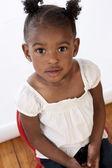 看看相机的非洲裔美国蹒跚学步女孩 — 图库照片