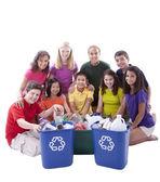 разнообразные десятилетних ребят смешанного этнического происхождения, работают вместе, чтобы утилизировать — Стоковое фото