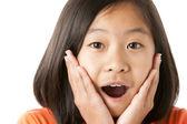 Chica bonita asiática está felizmente sorprendida — Foto de Stock
