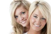 Zwei ziemlich lächelnd frauenbild — Stockfoto