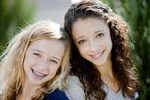Två leende kaukasiska tonårsflickor i parken — Stockfoto