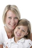 Portret van glimlachen kaukasische moeder en dochter — Stockfoto