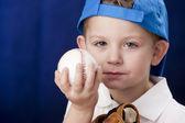 Grave ragazzino caucasico indossando il berretto da baseball — Foto Stock