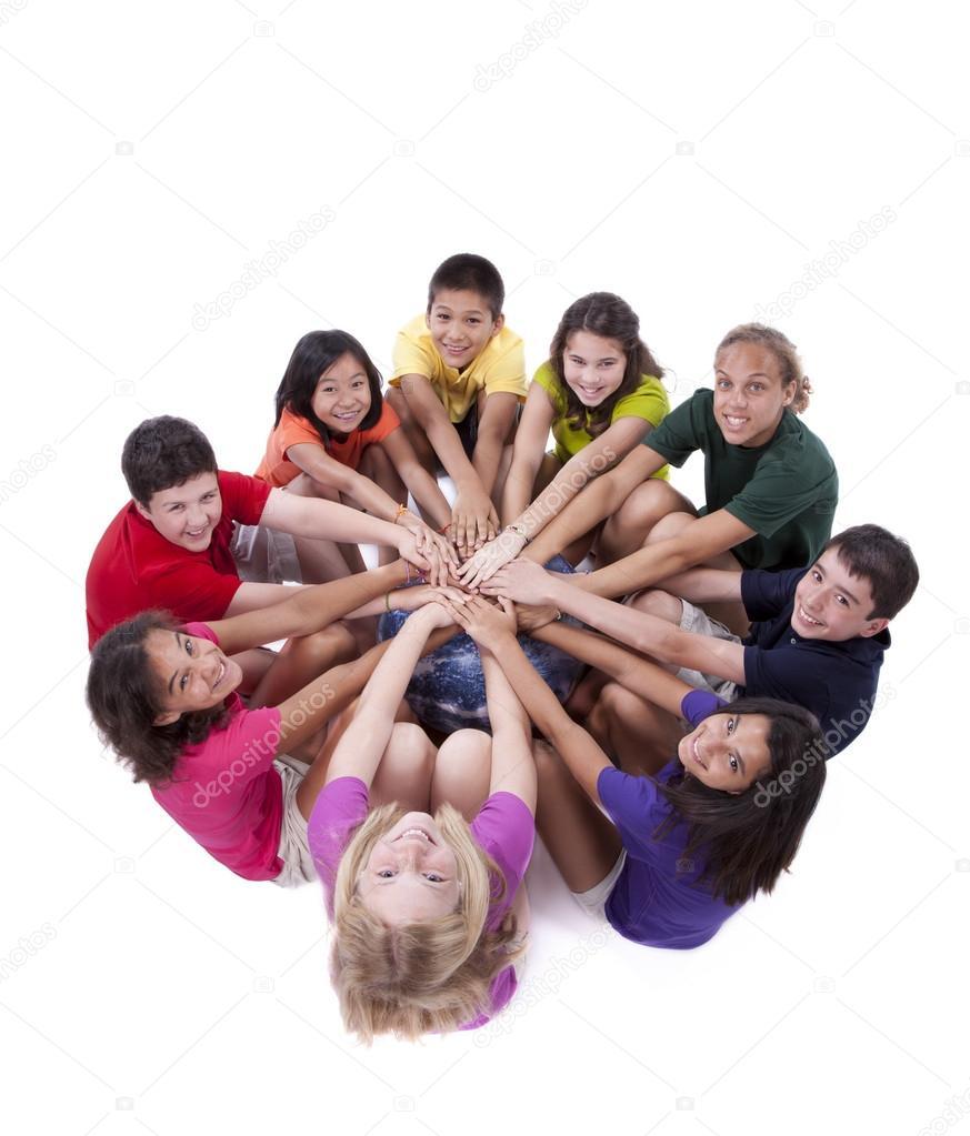 Niños de diferentes etnias con las manos juntas — Foto ...