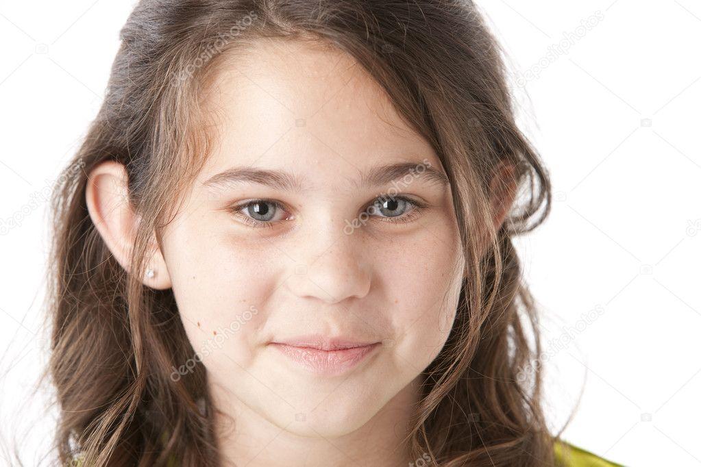 青春期女孩有可爱的笑容在她脸上