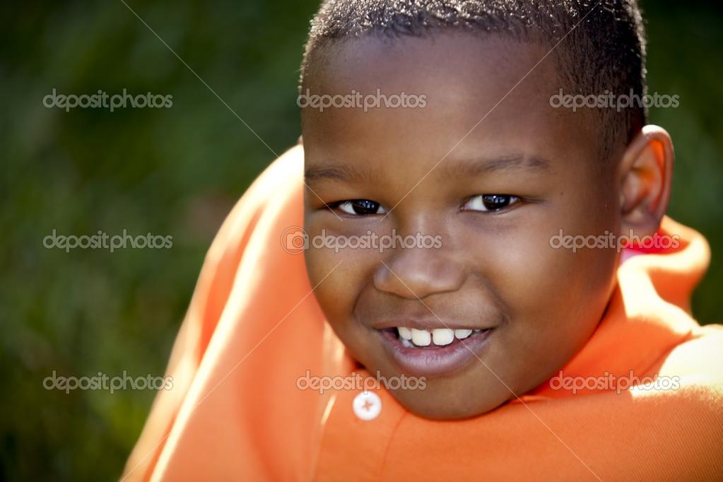 微笑的黑人小男孩