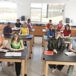 Escuela de ciencia. los estudiantes ponen gafas protectoras y guantes para prepararse para la disección en la clase de Ciencias — Foto de Stock