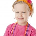 Реальный. Улыбаясь кавказской маленькая девочка в розовом, носить яркие украшения и аксессуары — Стоковое фото