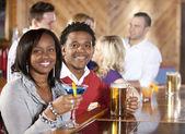 Ungt par avkopplande i bar — Stockfoto