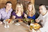 Couples adultes caucasiens, manger ensemble dans un restaurant. — Photo
