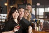 Dospělý kavkazský páry těší večer s přáteli v baru restaurace. — Stock fotografie