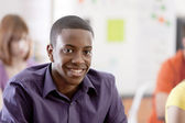 学校教育。微笑着十几岁的男孩在他高中教室 — 图库照片