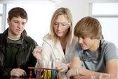 Escuela de ciencia. profesor de enseñanza secundaria estudiantes de química en la clase de ciencias. — Foto de Stock