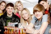Escuela de ciencia. profesor y un grupo de estudiantes adolescentes aprendiendo acerca de la química en la clase de ciencias — Foto de Stock